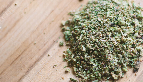 prepare-grind-cannabis-for-cooking
